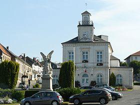 Fruges- mairie et monument aux morts